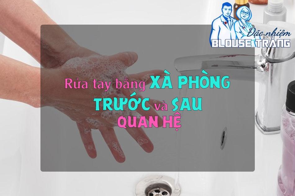 Rửa tay bằng xà phòng trước và sau khi quan hệ để tránh viêm nhiễm phụ khoa